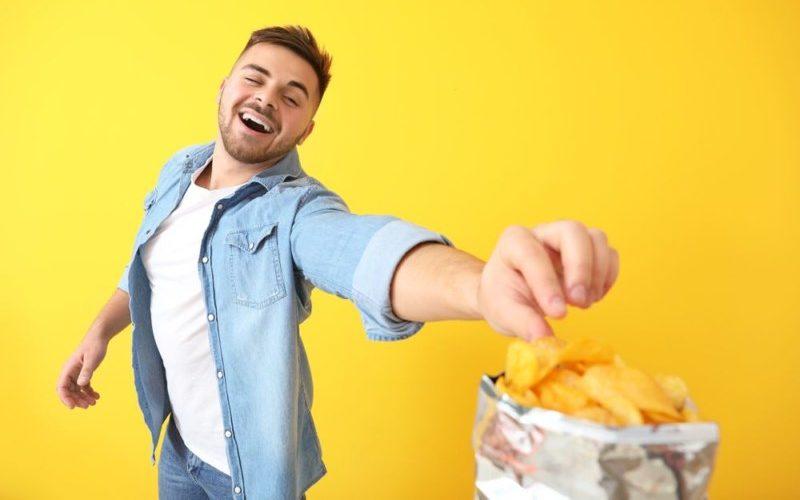 ポテチを食べる男