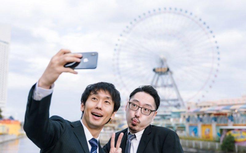 写真を撮る二人の男性