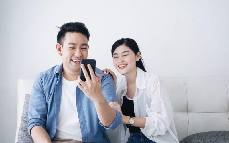 彼氏の携帯を見るカップル