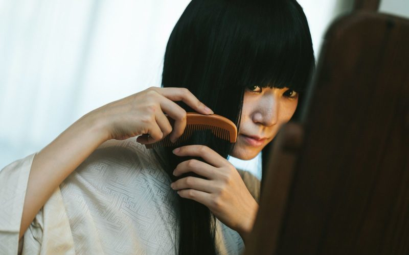 髪を直す女性