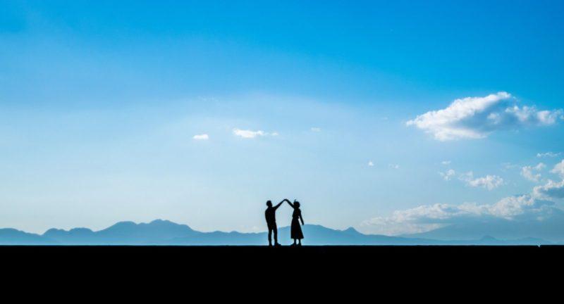 青空とカップル