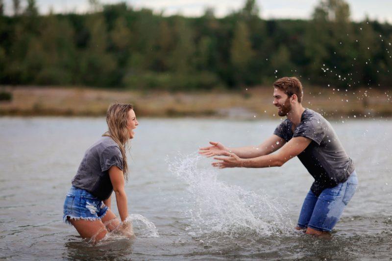 水遊びするカップル