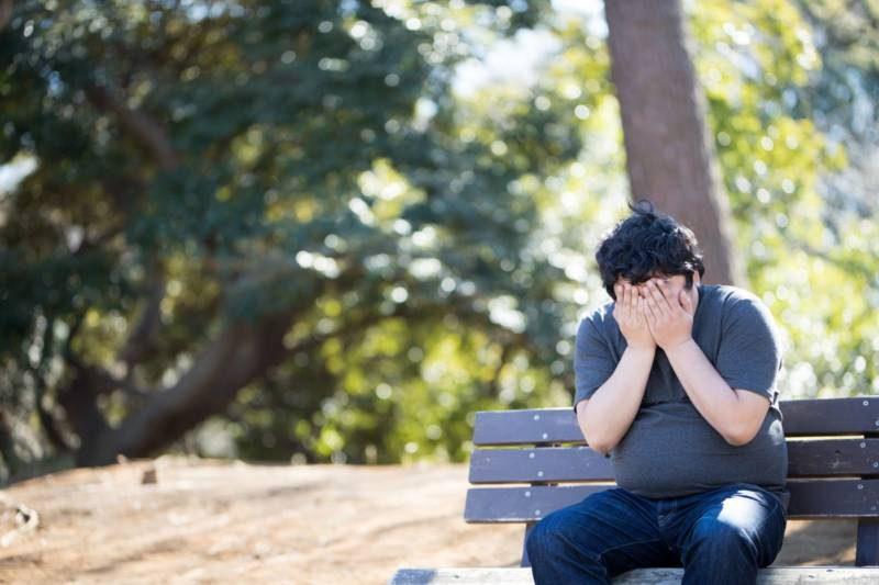 彼女ができなくて泣く男性