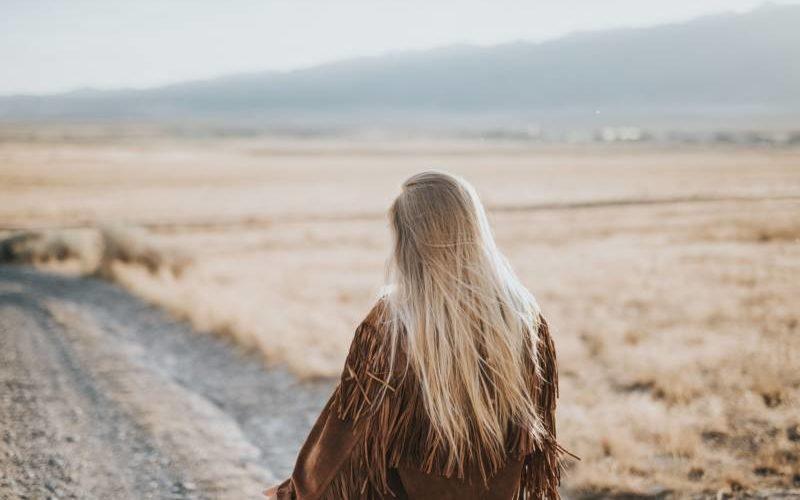 荒野を眺める女性