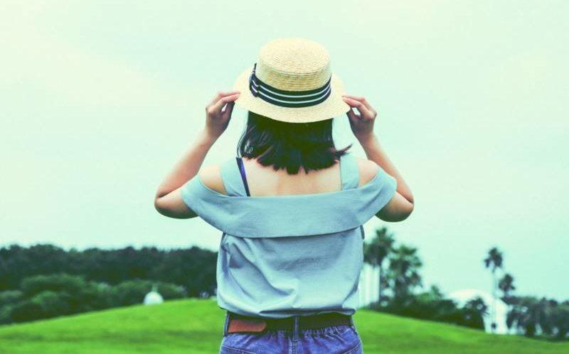 帽子をかぶった後ろ姿の女性