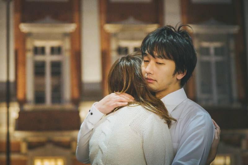 彼女を抱きしめる男性