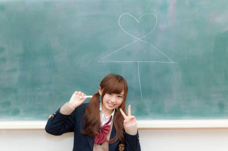 黒板にいたずらする女子高生