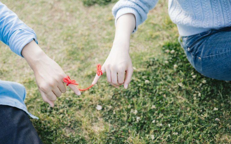 赤い糸で結ばれたカップル