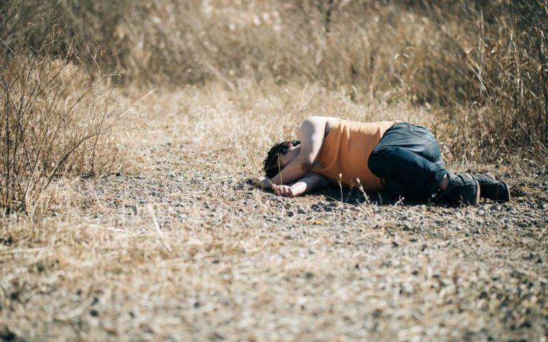地面に横たわる男性