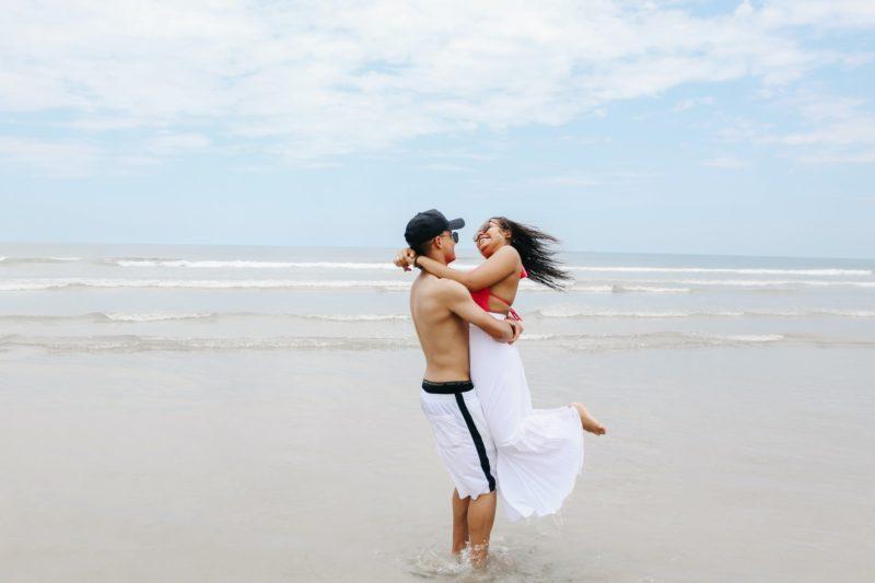 海辺で抱き合うカップル