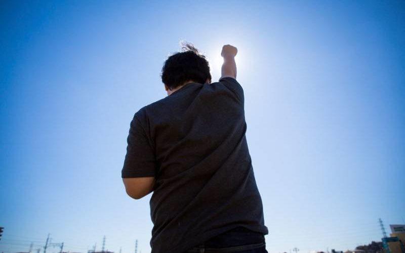 腕を上げる男性