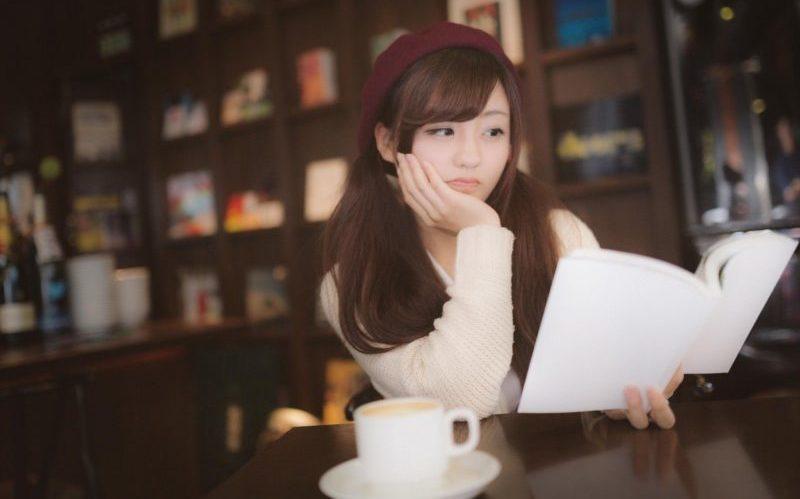 カフェで読書している女性