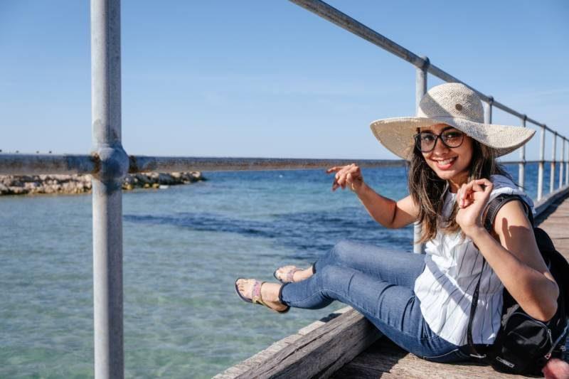 海と笑顔の女性