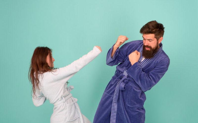 殴り合うカップル