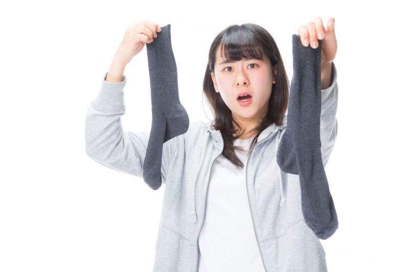 靴下を持って怒る女性