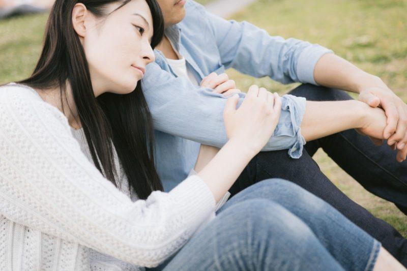 マッチングアプリ付き合う不安な女性