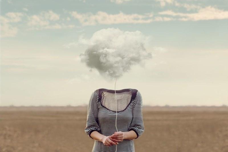 顔が雲の女性