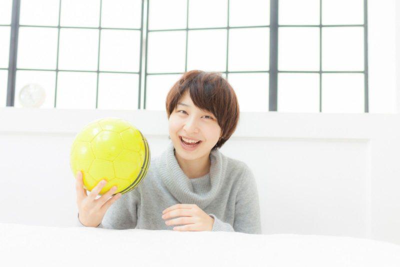 ボールを持って笑顔の女性