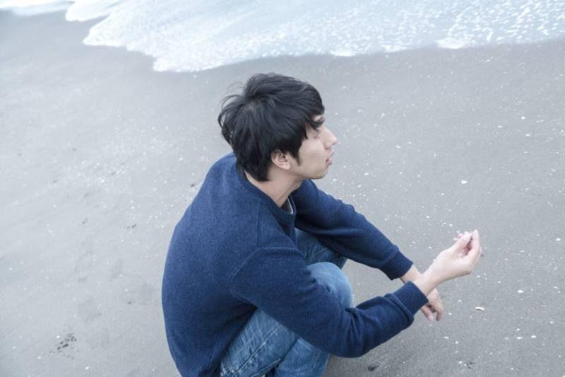 海辺にいる男性