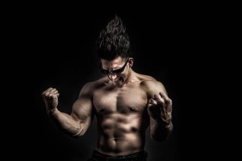 上半身裸の筋肉質の男性