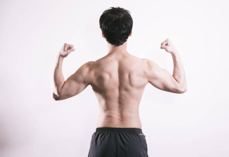 ポージングをする筋肉質の男性