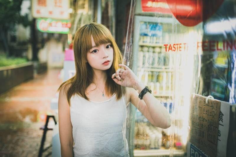 金髪の若い女性