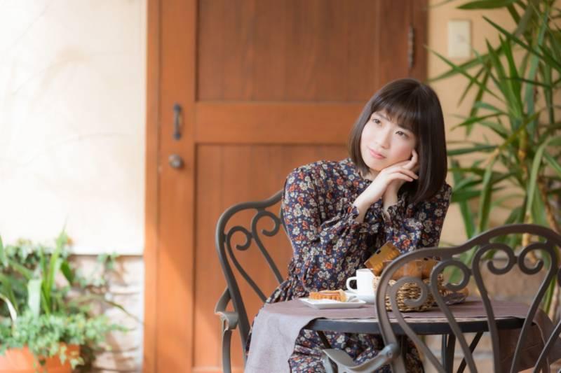 カフェに座る彼女
