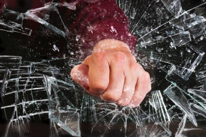 パンチでガラスを割る