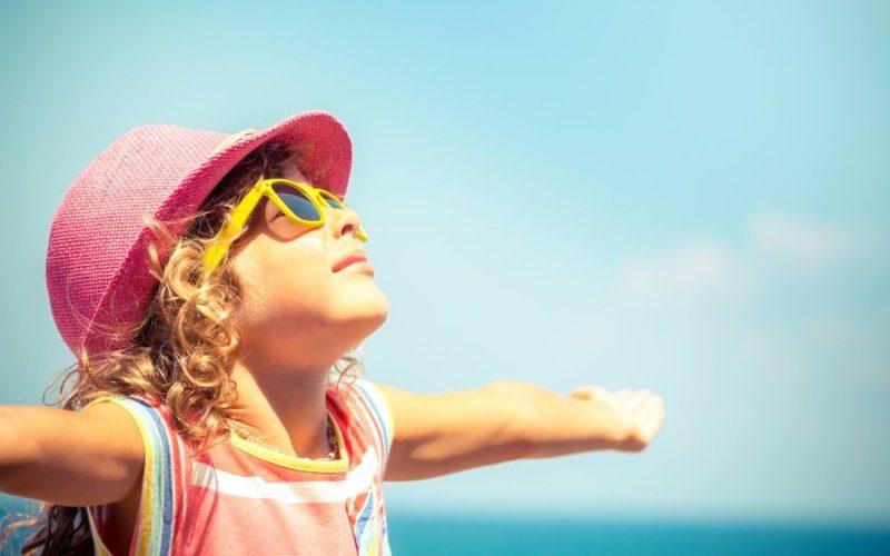 子供が空を見上げる
