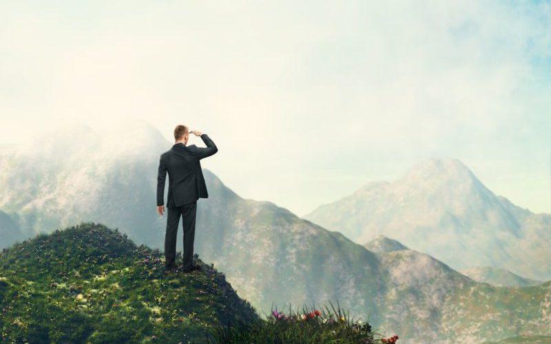 山頂に昇るサラリーマン