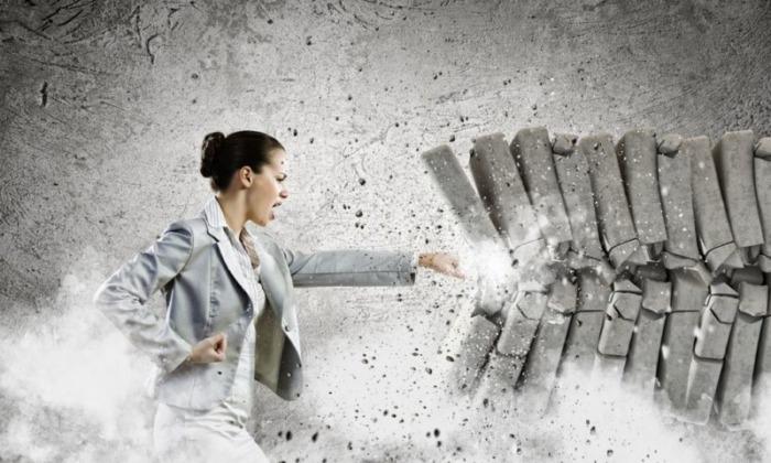 石を壊す女性