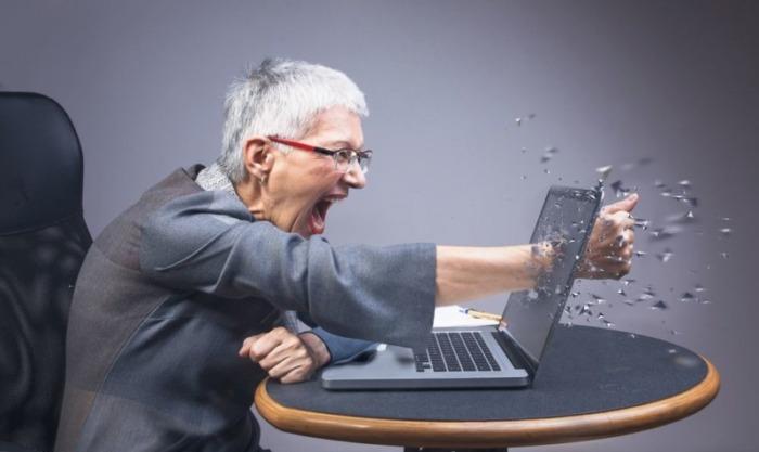 ノートパソコンをパンチ
