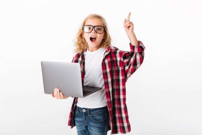 パソコンを持つ子供