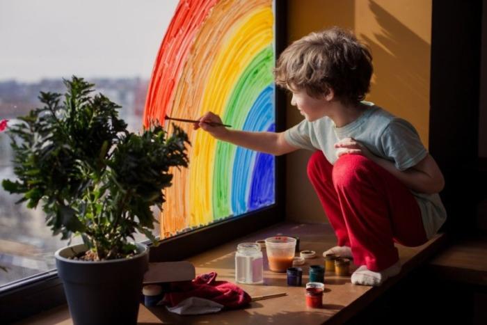窓に絵を描く子供