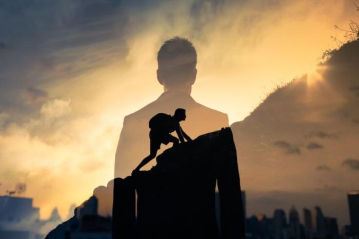 崖を登る男性
