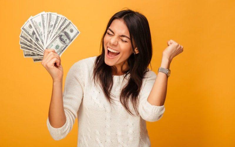 お金稼ぎをする女性