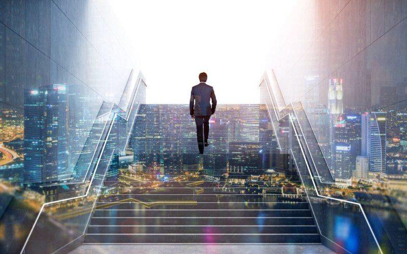 階段を昇るサラリーマン