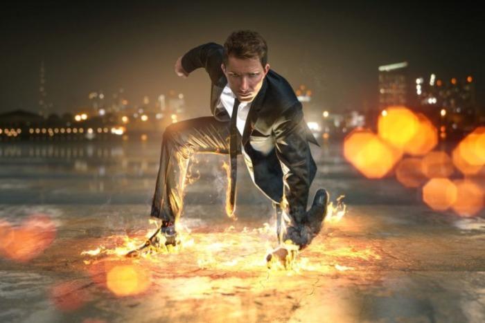 スーツの男と炎
