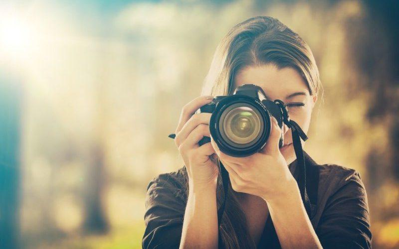 写真を取ろうとする女性