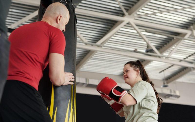 サンドバッグを殴る女性