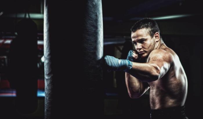 サンドバッグを殴るボクサー