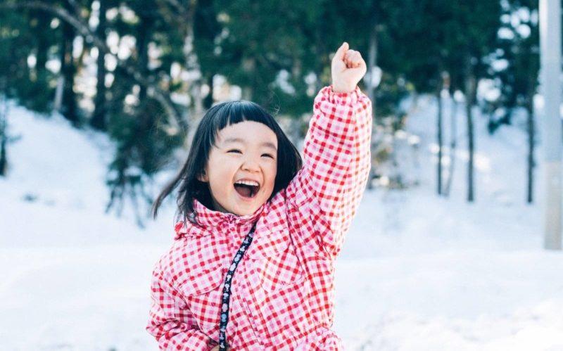 雪山で遊ぶ子供