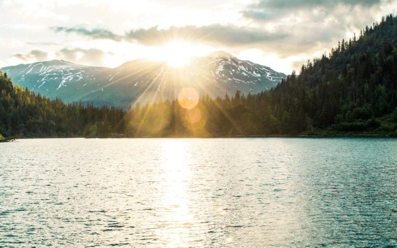 朝明けと山