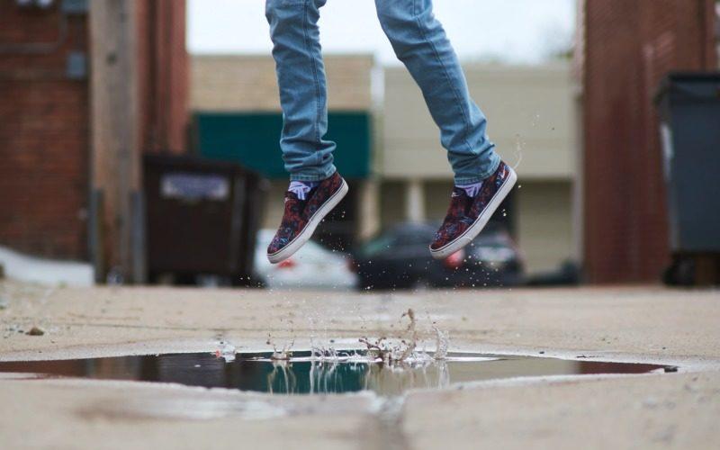 両足でジャンプする