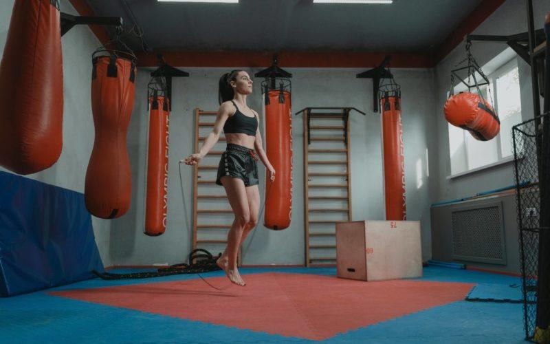 縄跳びを跳ぶ女性