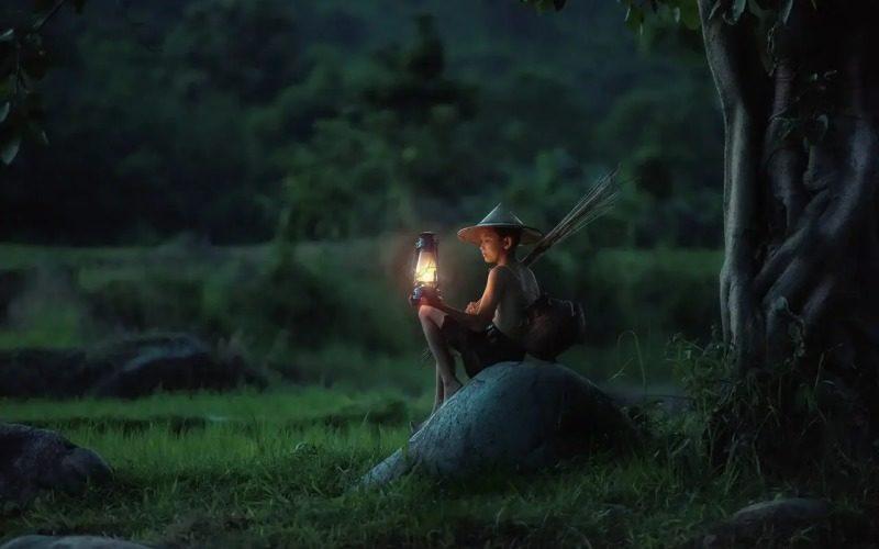 ランプを持ってる女性
