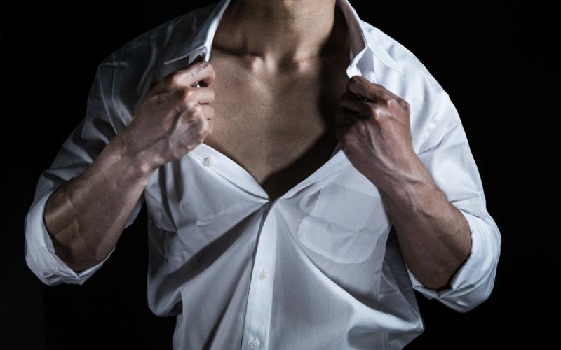 シャツのボタンを開く