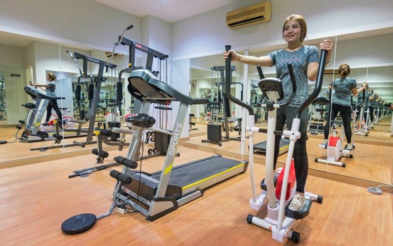 トレーニングルームと女性