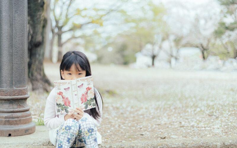 本を読む幼児