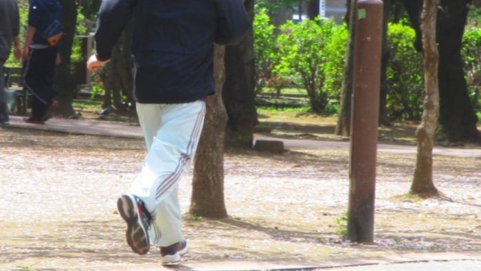 公園で走る男性